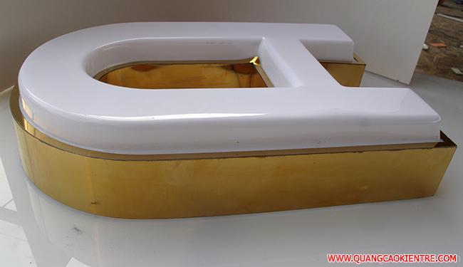 Chữ mica hút nổi cũng được sản xuất theo thiết kế với đa dạng mẫu sản phẩm: Như chữ mica hút nổi lồng inox 304 gắn đèn led, chữ mica hút nổi