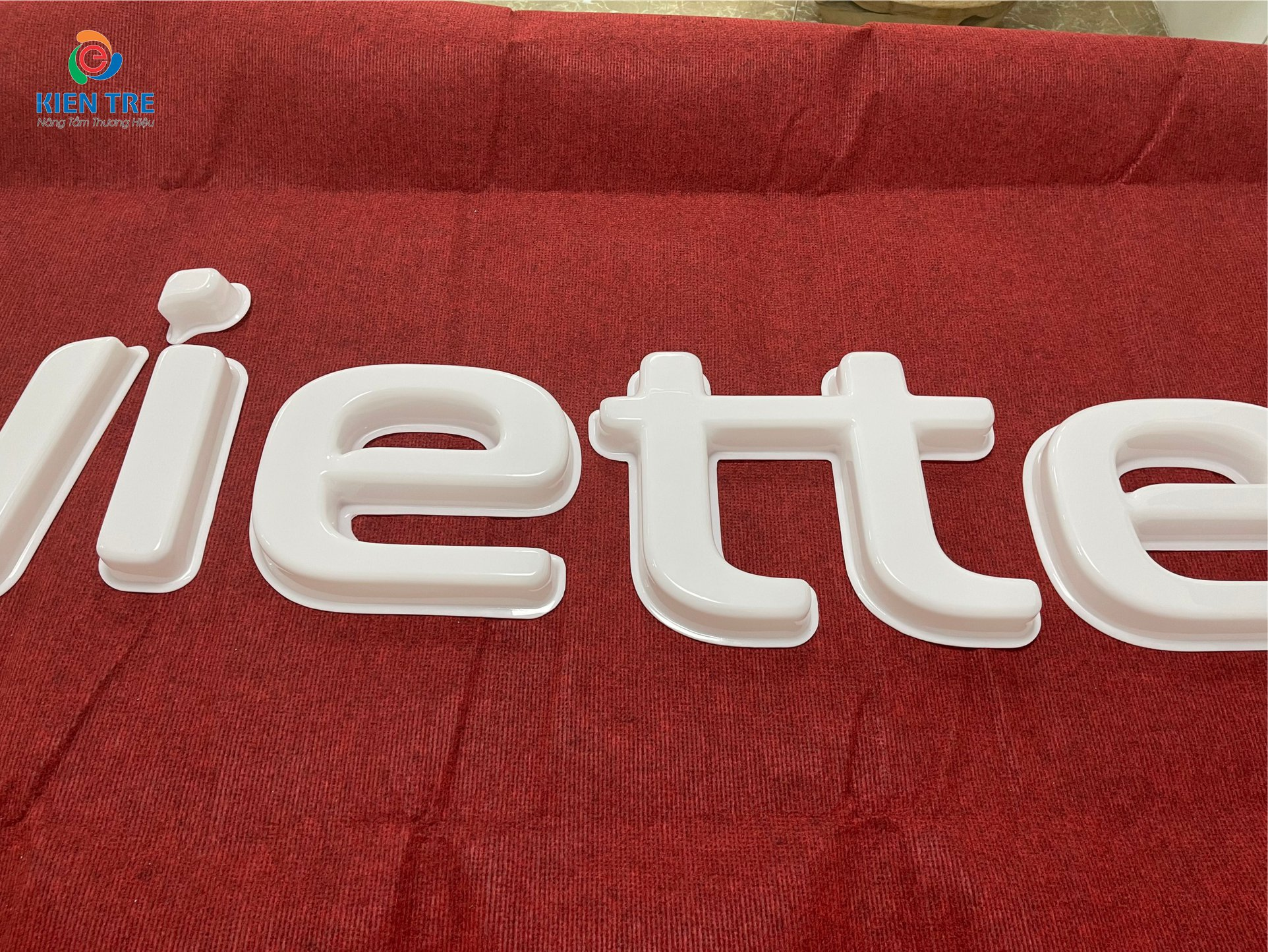 Logo viettel hút nổi, mặt mica trắng sữa Đài Loan dày 3mm đủ, hút nổi cao 53mm, không nhăn cạnh, nhăn góc